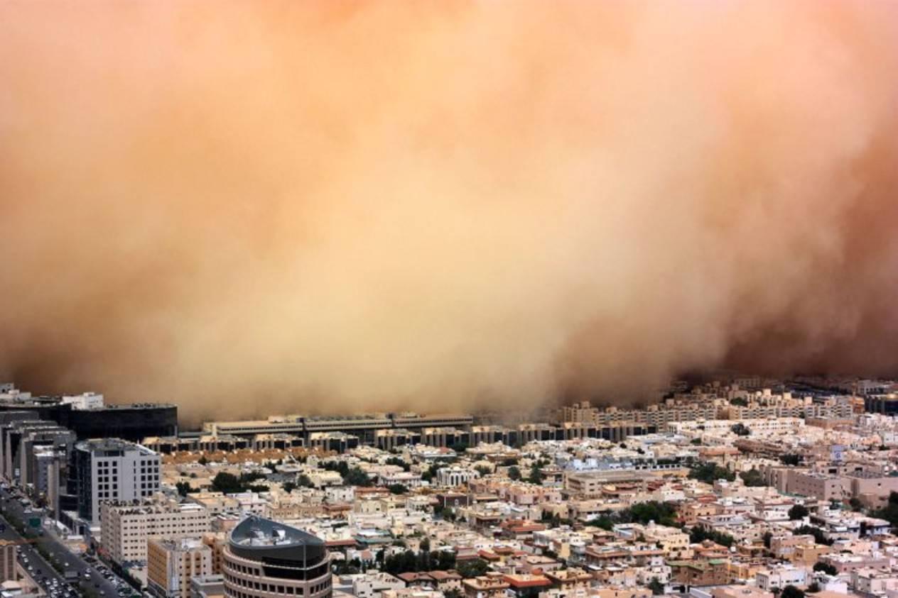 そもそも「黄砂(こうさ)」とはなんですか?2月から5月にかけて発生する偏西風にのって中国大陸から飛んでくる砂の微粒子との事。