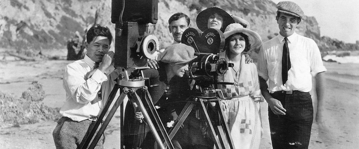 Googleのロゴに知らない男性。どこの誰?調べてみるとハリウッドで活躍した撮影監督「ジェームズ・ウォン・ハウ(James Wong Howe)」さんとの事。