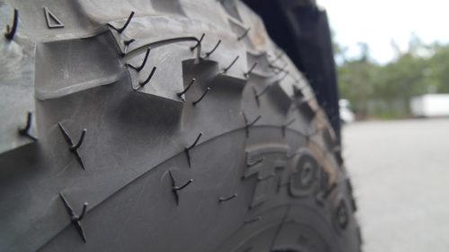 新品タイヤに必ず付いているヒョロヒョロっとしているヒゲのようなものって何?英語で「spew(スピュー)」と言われるとの事。