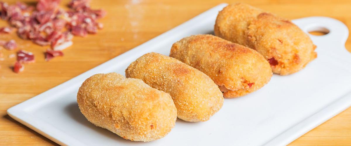 そもそも「コロッケ」とはどういう意味?その語源は?フランス語で「croquette」、オランダ語で「kroket」と言われる料理に由来しているとの事。
