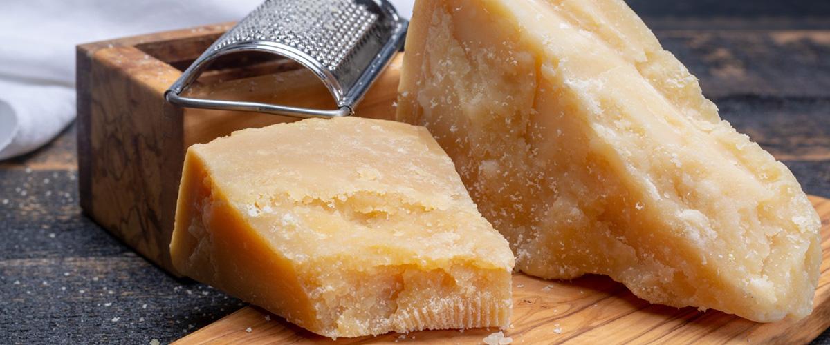「パルミジャーノ・レッジャーノ」とはどういう意味?イタリア語で「parmigiano reggiano」と記述するとの事。